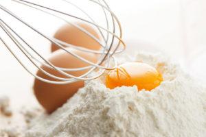 小麦粉と卵黄と泡立て器