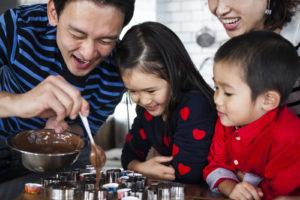 チョコレートソースを容器に流し込むお父さん。お菓子づくりは昔から得意。